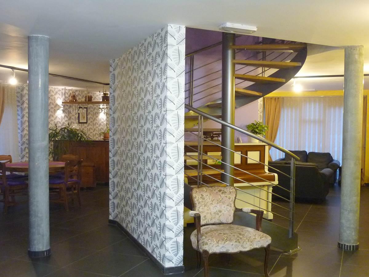 Séjour spacieux et son bel escalier en colimaçon