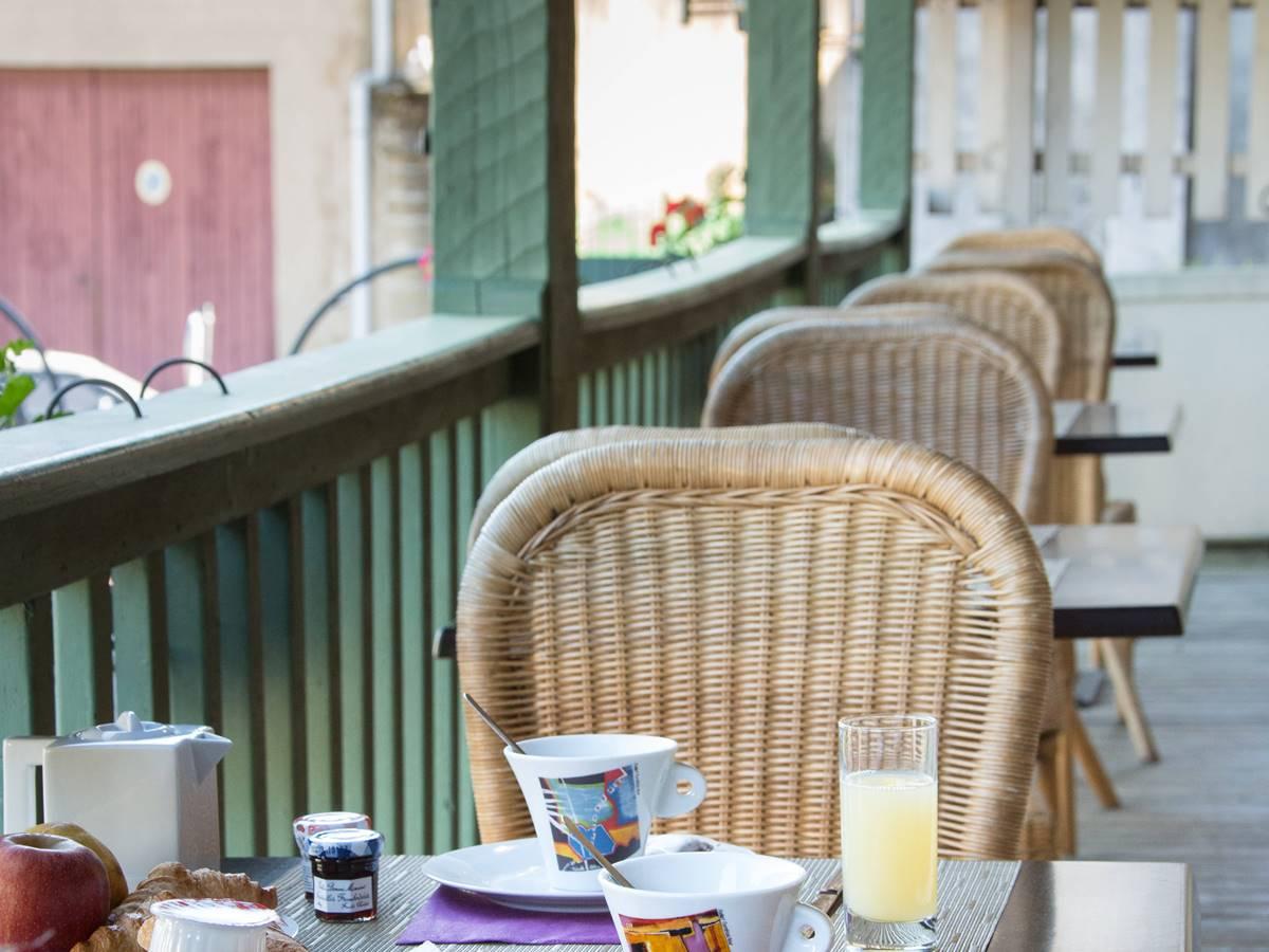 Petit déjeuner en terrasse Le Relais de Vellinus Hotel Beaulieu sur Dordogne
