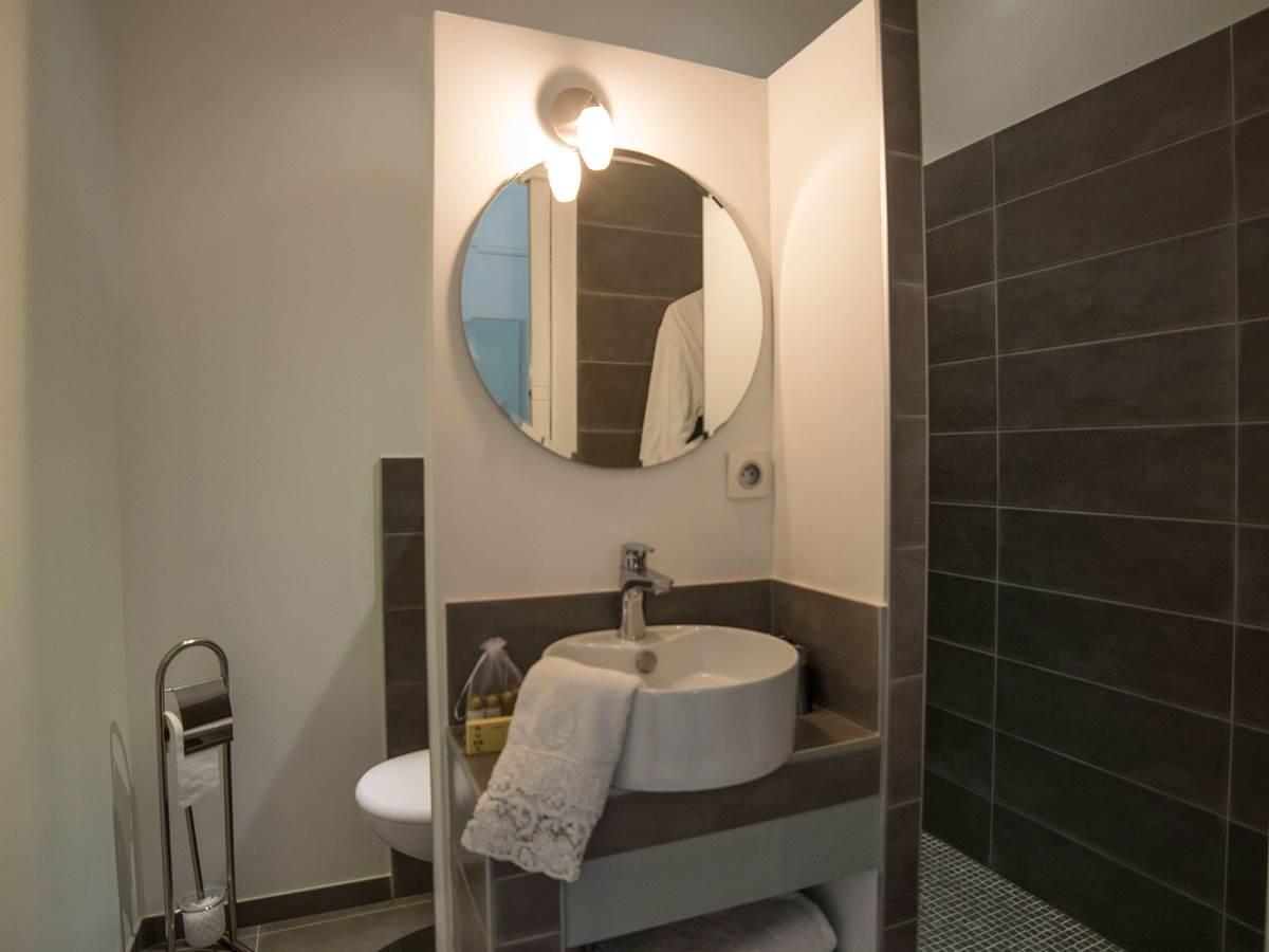 Salle d'eau chambre Lin équipée de sa grande douche et de ses sanitaires
