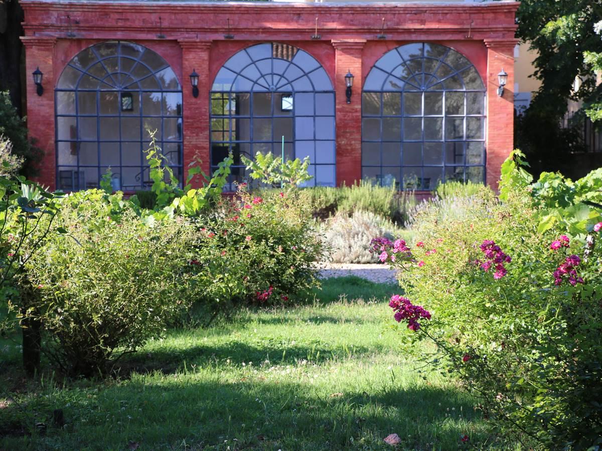 L'orangerie dans le parc des chambres d'hôtes la Rougeanne dans l'Aude