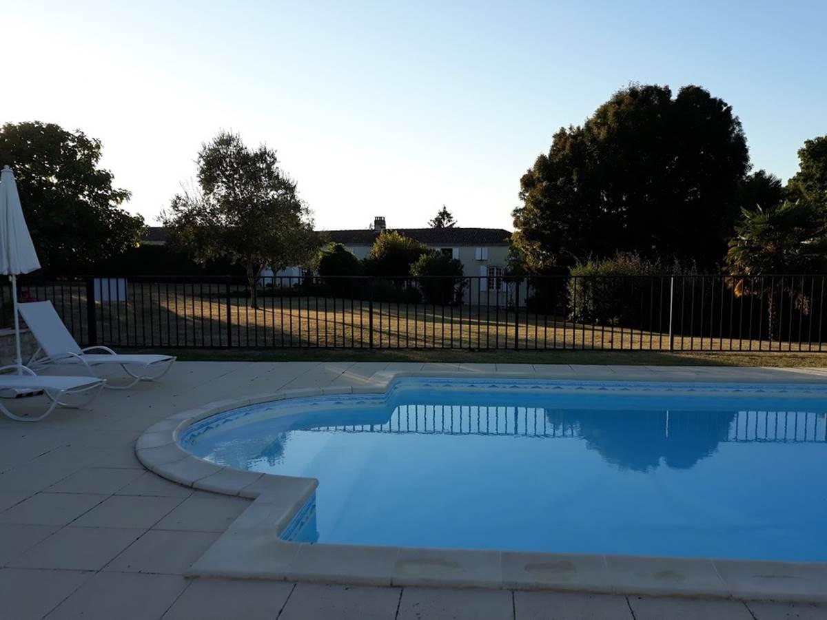 Notre belle et grande piscine idéalement placée dans le parc