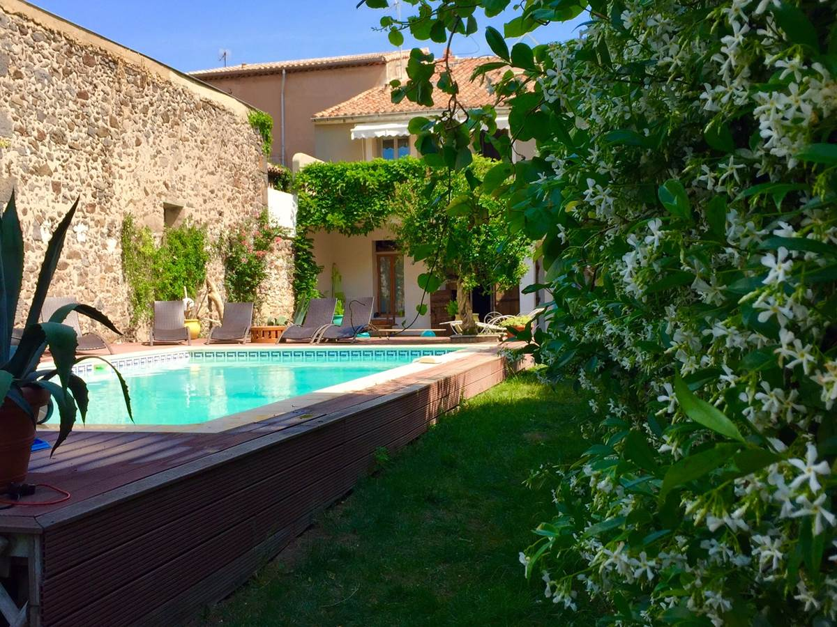 garden and pool in the guesthouse La Casa Occitane in Marseillan