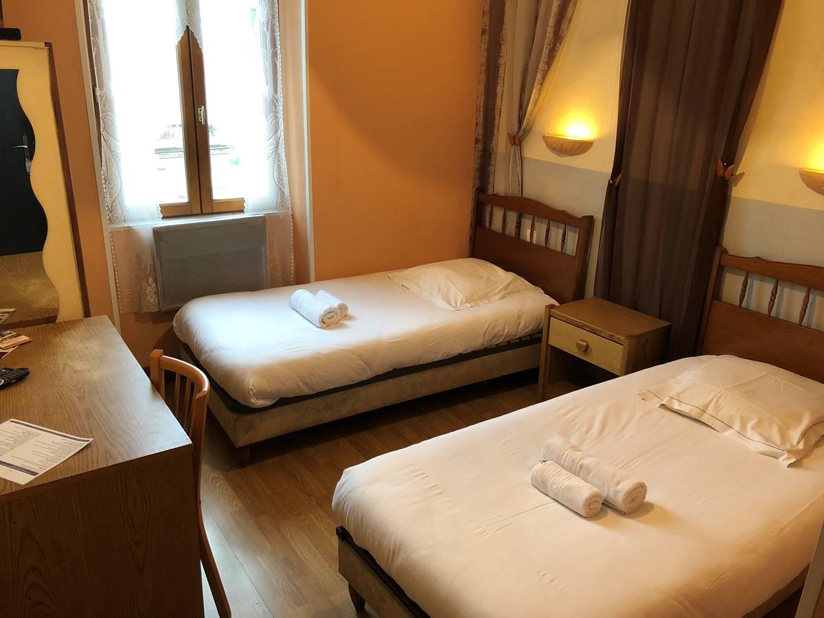 Chambre à 2 lits, à l'étage, côté rue, vue sur Périgueux