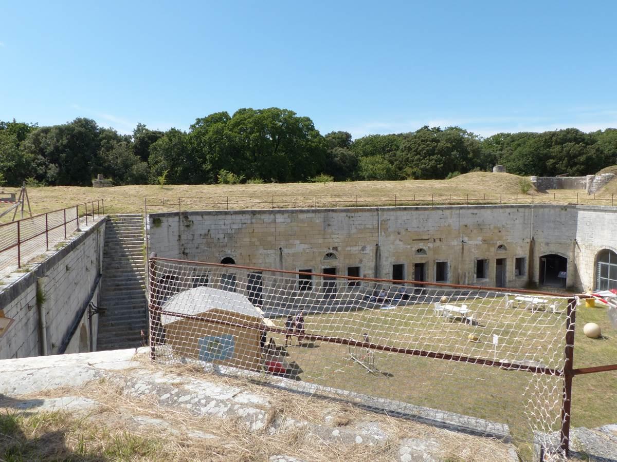 Vue sur la place d'arme depuis la terrasse au Fort Liédot