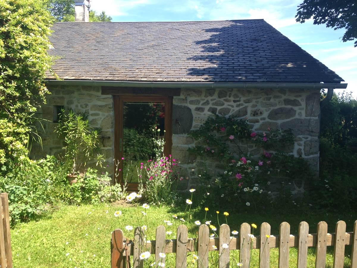 Jardin clôt et fleuri