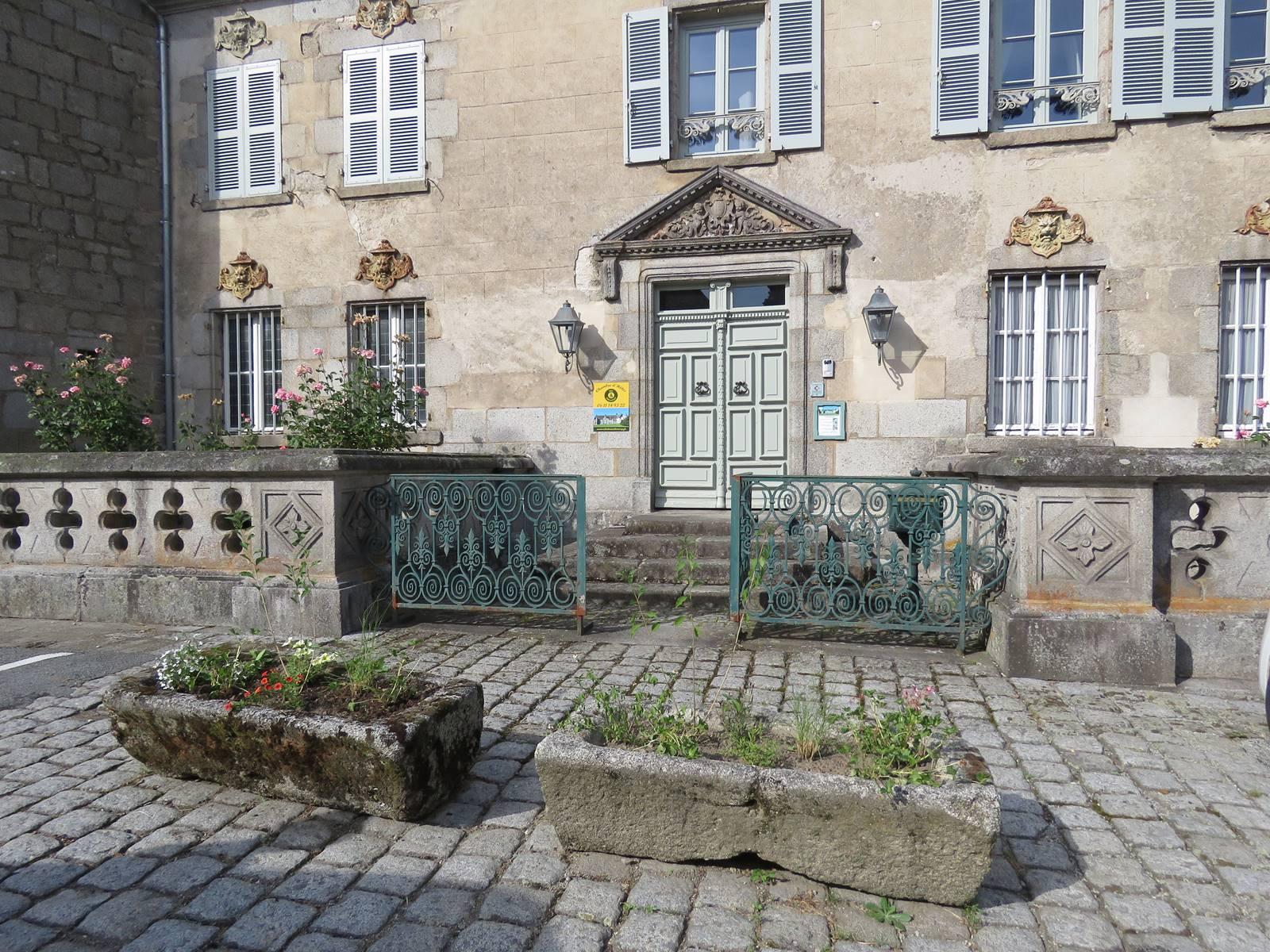 Château de Crocq, entrée côté village.
