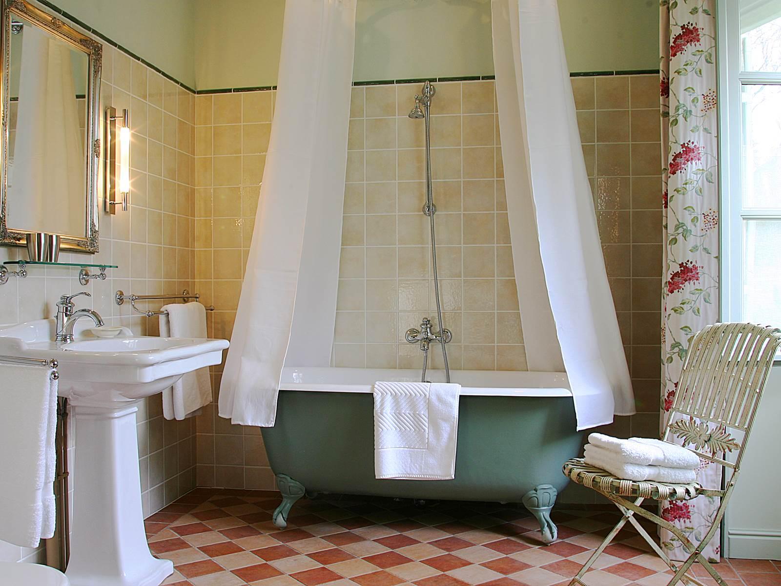 Spacieuse et lumineuse salle de bain rétro Chez Colette et Mimi