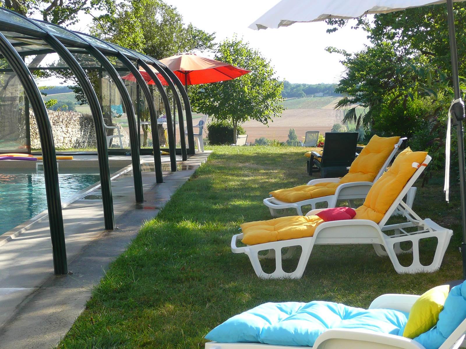 Saint Roch chambres d'hôtes jardin piscine vers vallée.jpg
