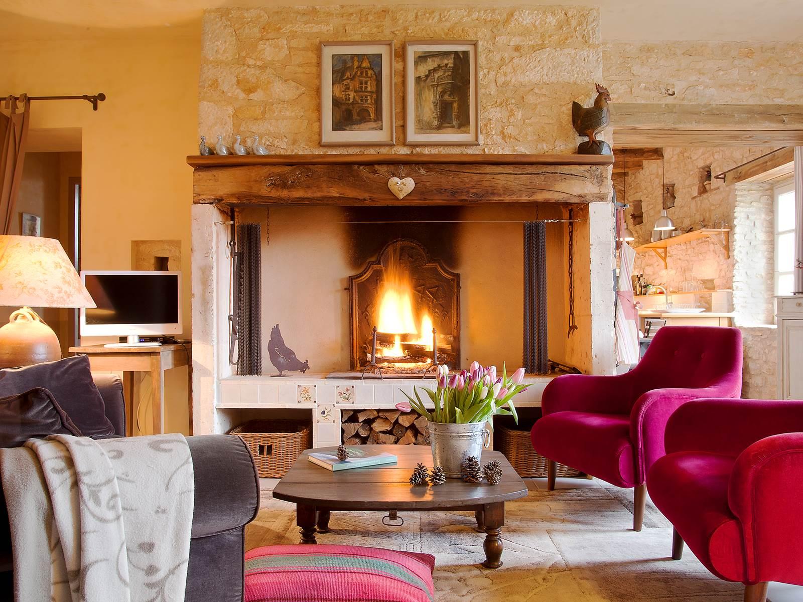Appréciez un feu de bois dans la grande cheminée d'origine (bois fourni gracieusement)