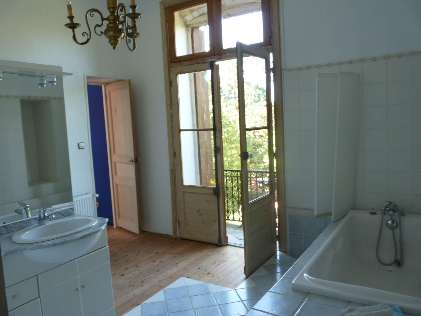 la salle de bain et son balcon