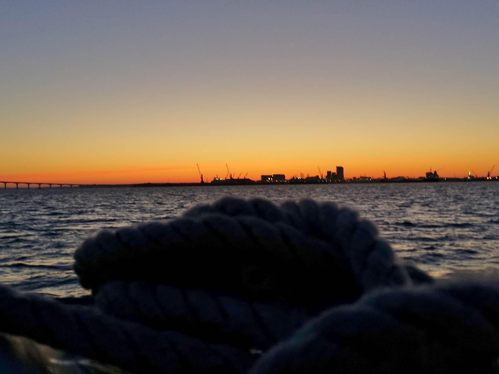 premières lumières du jour vue du voilier au mouillage