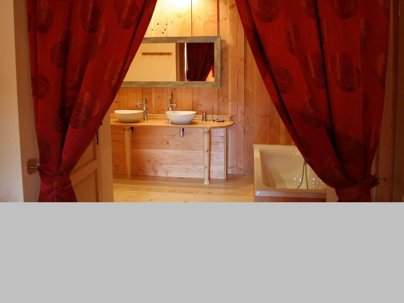 Salle de bains avec baignoir, double vasques, WC séparés,Chambre d'hôtes Rubis