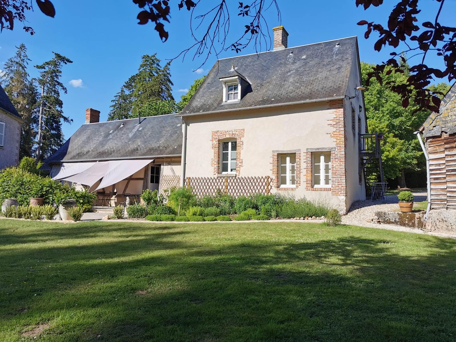 La Verrerie d'Ivoy l'Annexe coté jardin avec sa terrasse