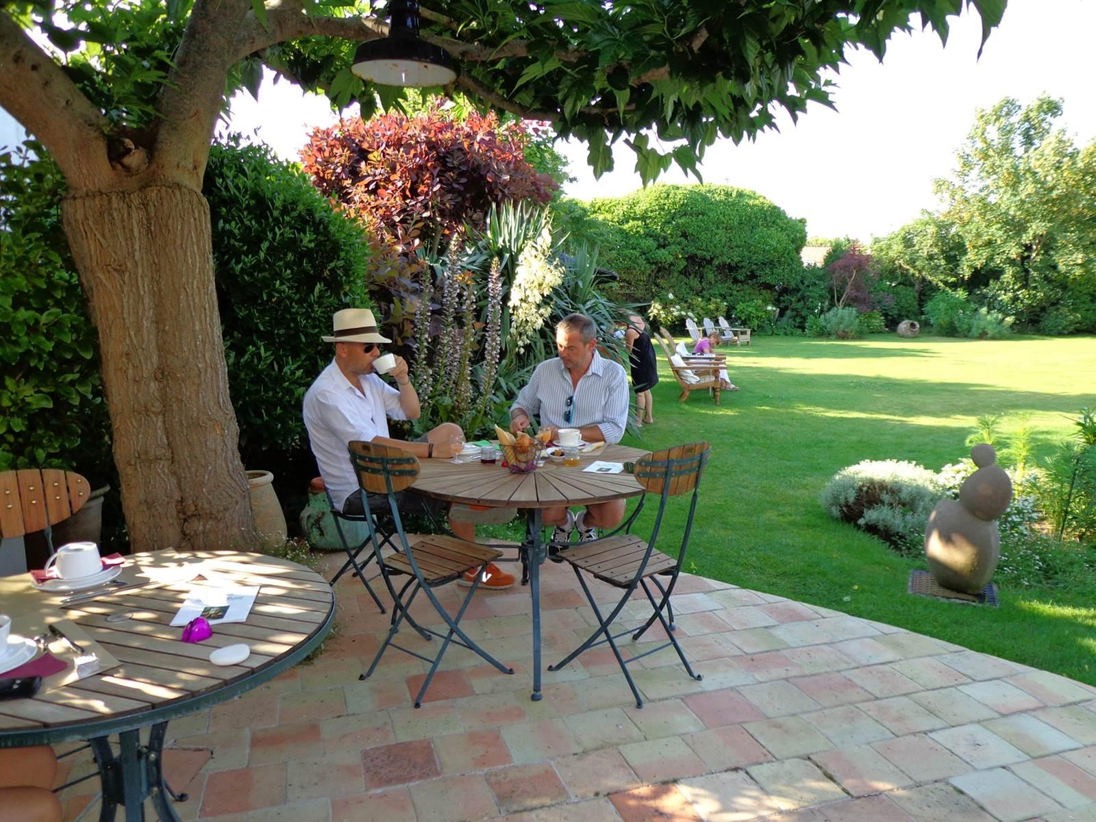 Ho^tel & Spa Le Chat Botte´ - petit de´j jardin