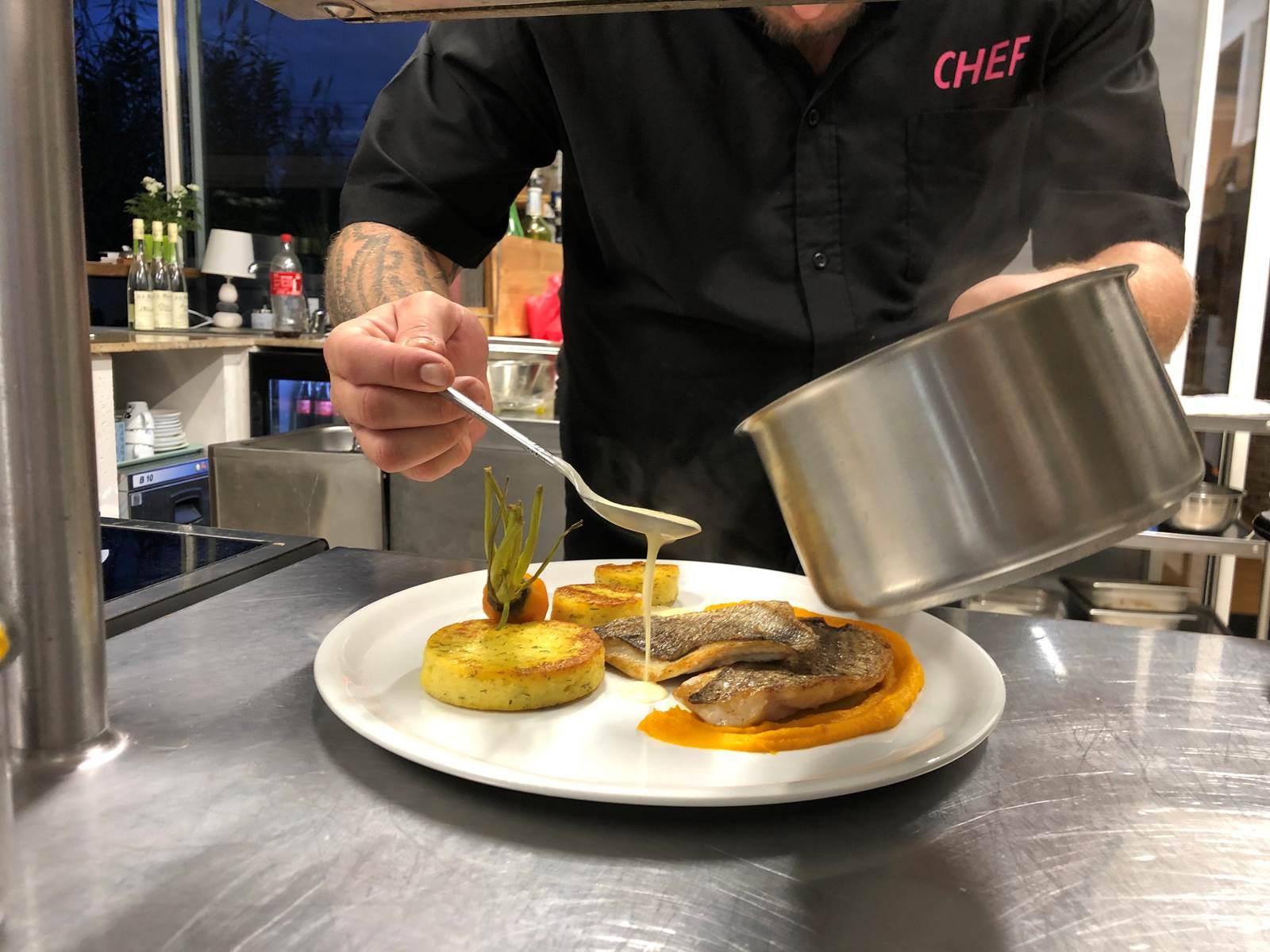 préparation d'un plat par le chef Benoît