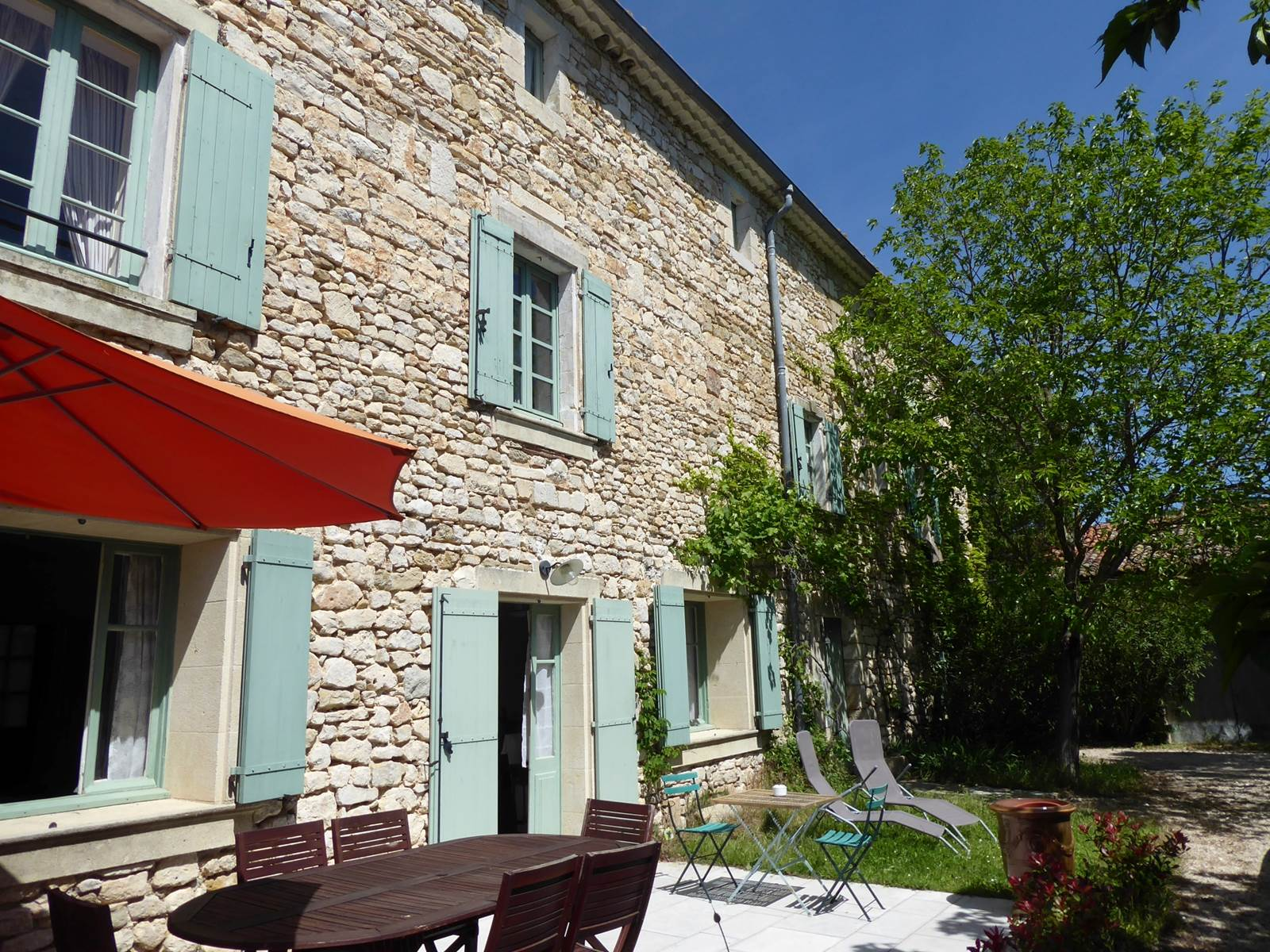 La façade côté terrasse et jardin