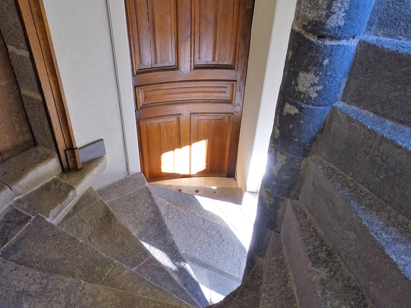 Château de Crocq, escalier à vis en granit.