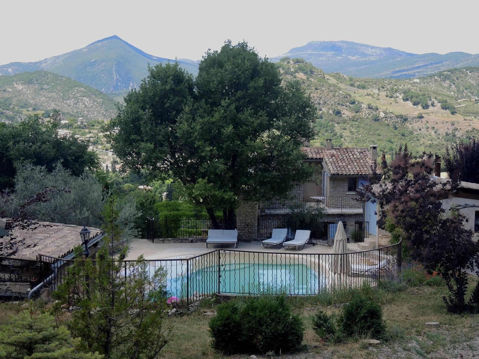Vue de la maison et de la piscine
