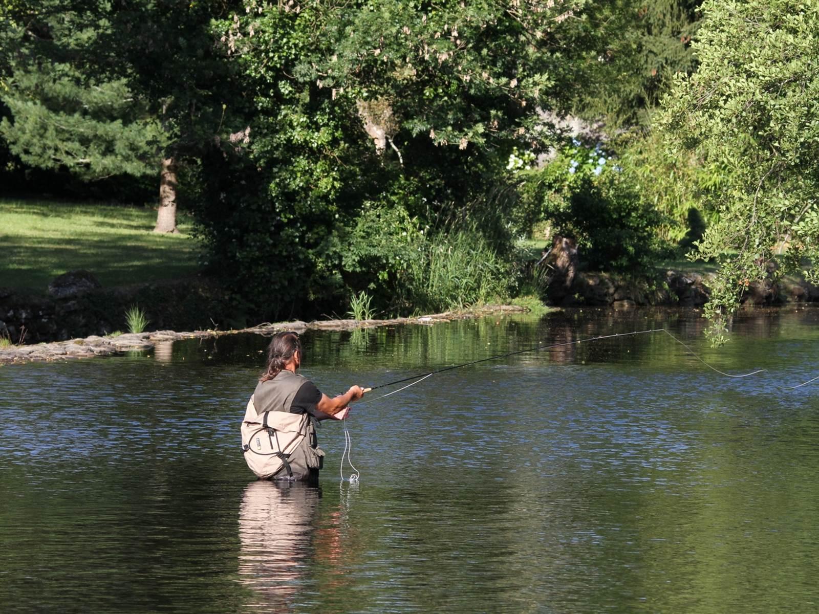 pêcheur au lancé dans la Vienne photo B.Barlet - hébergement Pêche 87120