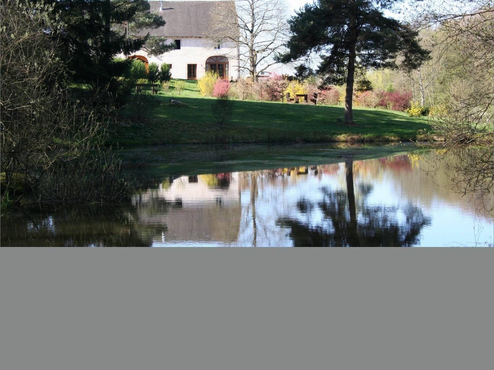 Les Chambres d'hôtes la Landre, un étang de pêche (carpes, gardons), le jardin d'agrément avec bancs et table de pique nique