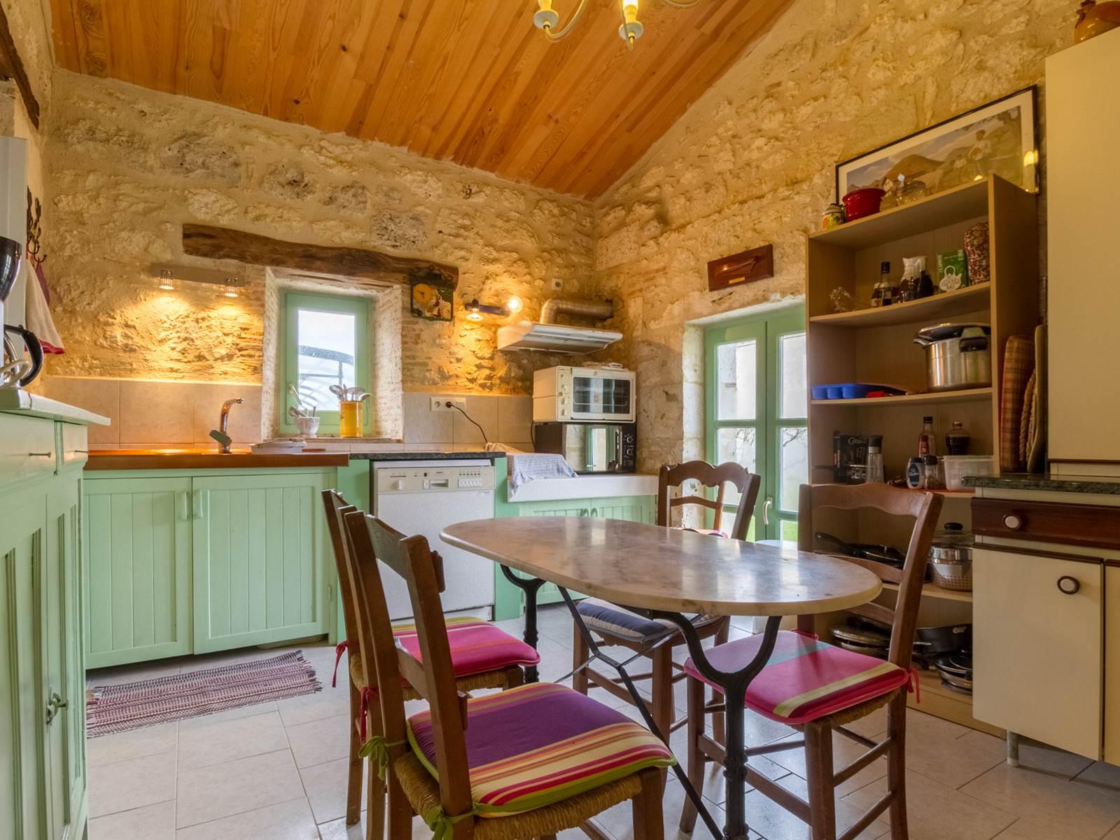 Saint Roch chambres d'hôtes cuisine à partager par les hôtes bien équipée.jpg