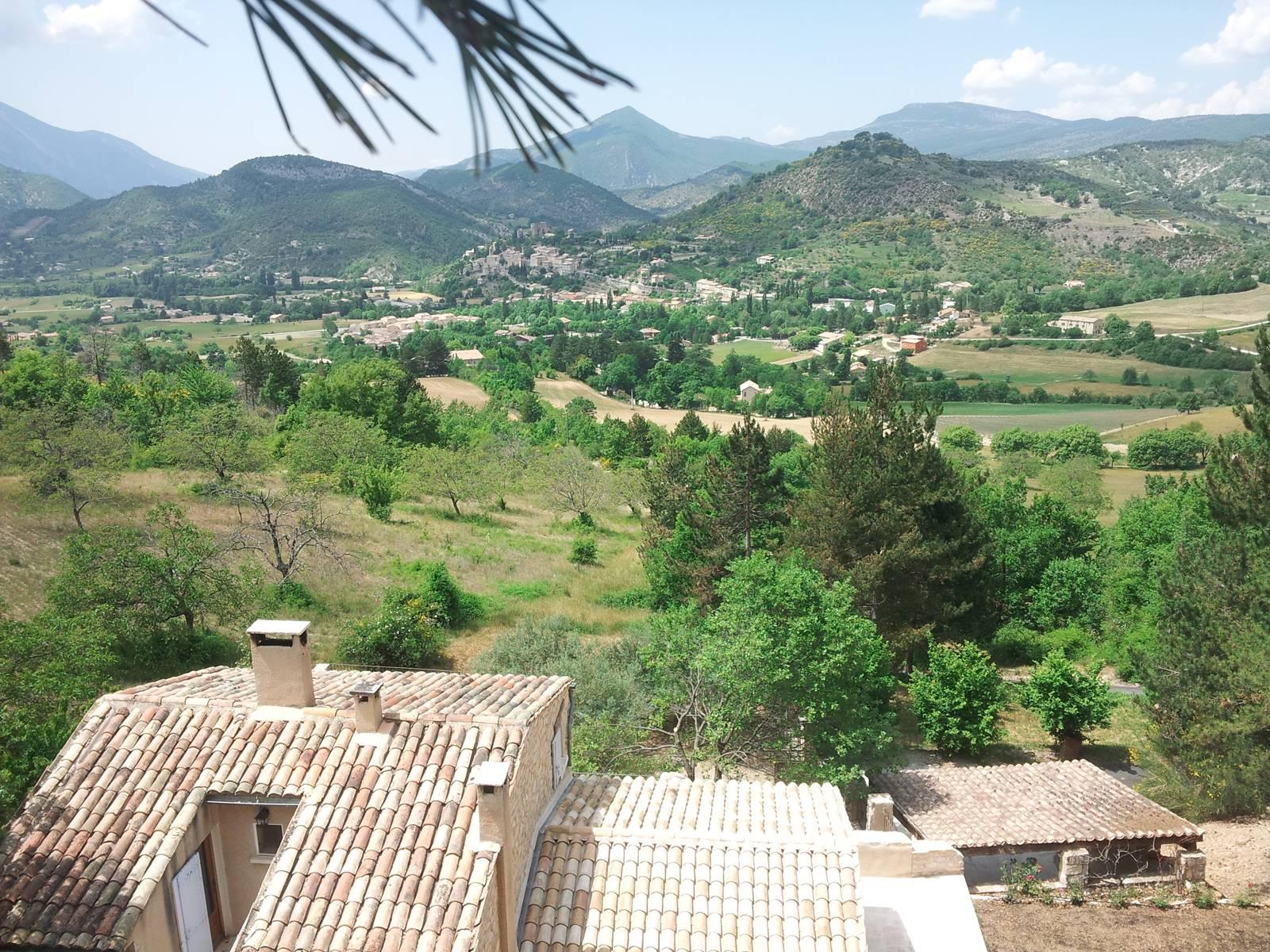 La maison vue d'en haut. Vue panoramique sur le village, le Mont Ventoux et le paysage qui fait face au Deffends de Redon.