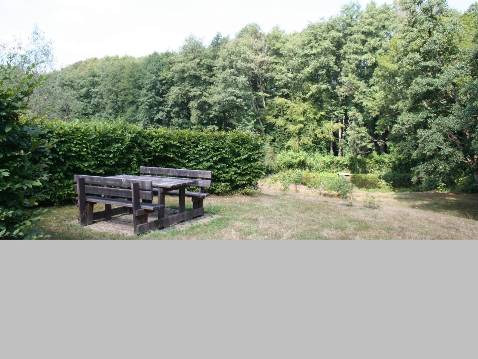 Une table de pique nique au bord de l'étang la Landre