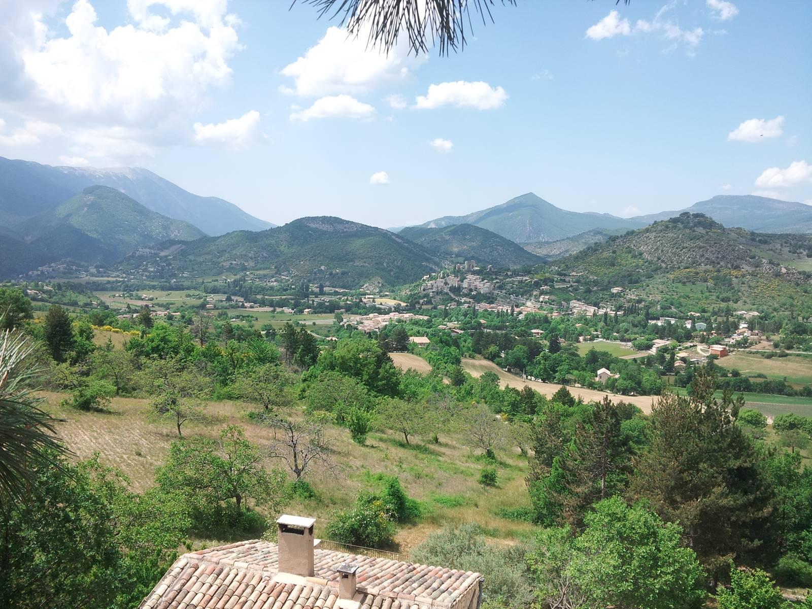 Vue panoramique du Deffends sur le  Mont Ventoux, le village de Montbrun les bains, le Buc, la montagne de Gênes...