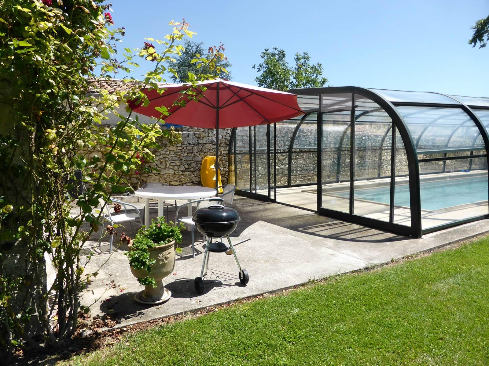 Saint Roch chambres d'hôtes terrasse entre séjour cuisine à partager et piscine.jpg