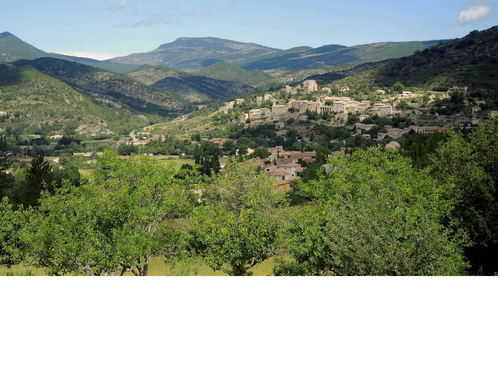 Vue panoramique de la maison sur le village de Montbrun les bains