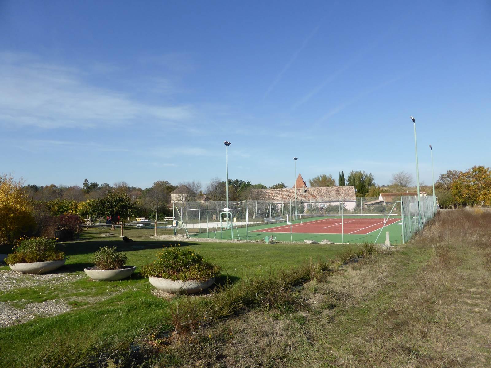 Saint Roch chambres d'hôtes terrain de tennis de volley jeux pour enfants à 200 mètres.jpg