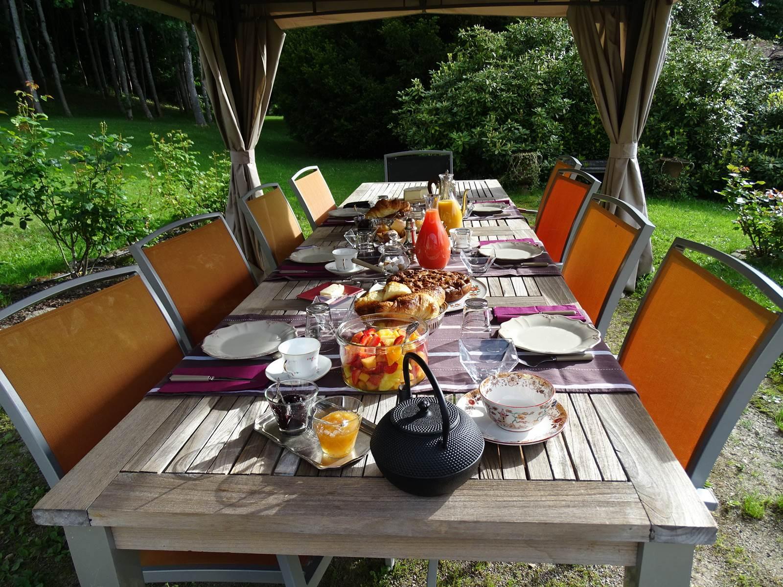 Petit déjeuner dans le parc du château de Crocq.