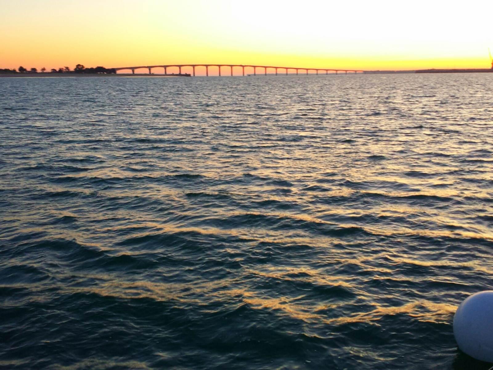 lever de soleil sur le voiler sur le pont de Ré
