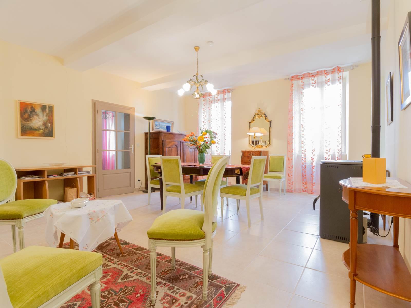 Saint Roch gîte salle à manger entre salon et cuisine.jpg
