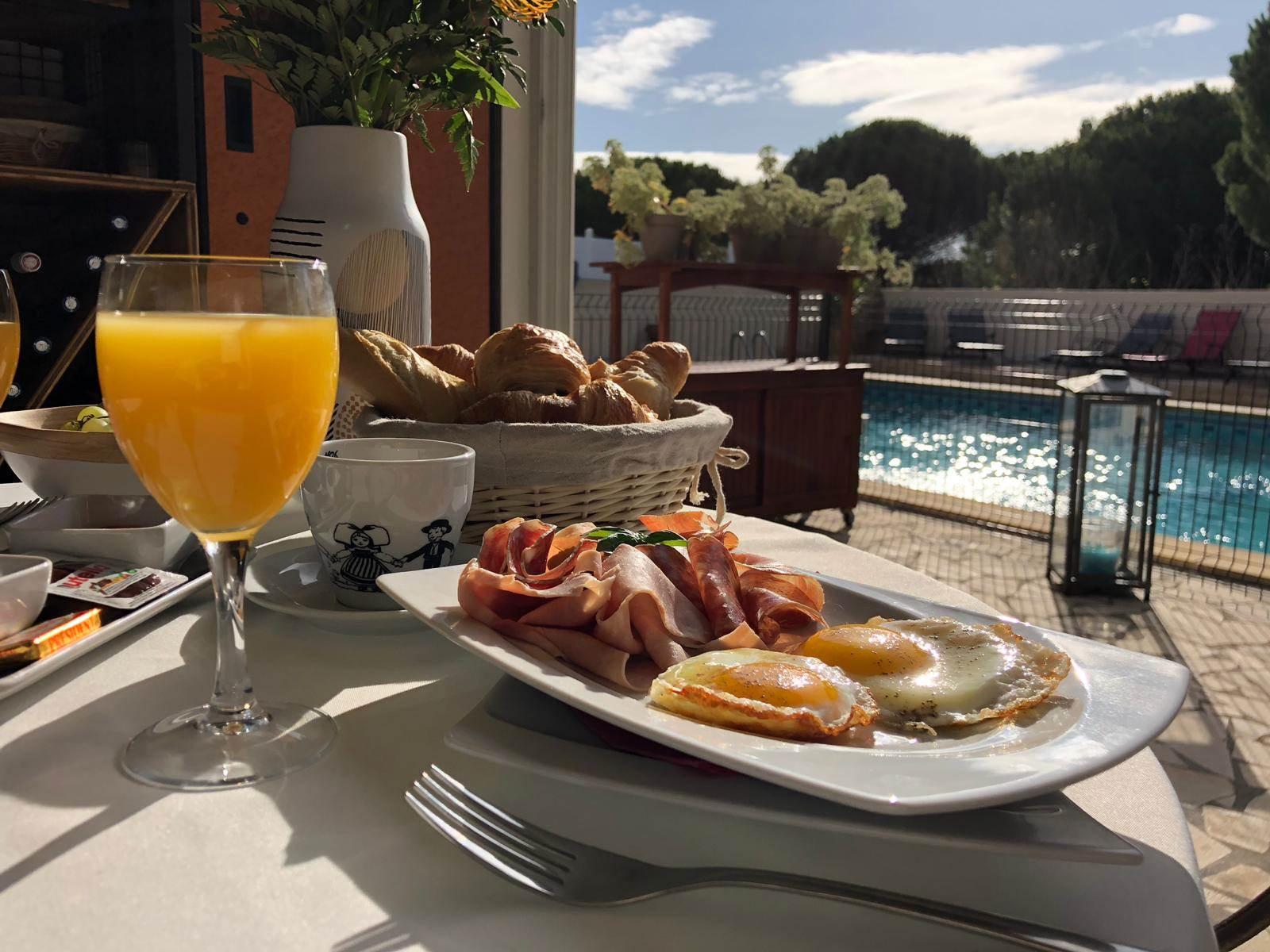 Oeuf et charcuterie au petit déjeuner