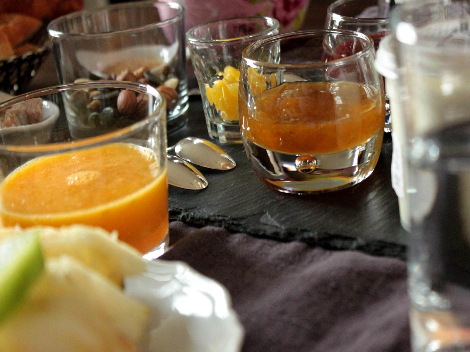 Ambiance petit déjeuner, dedans ou dehors selon le temps