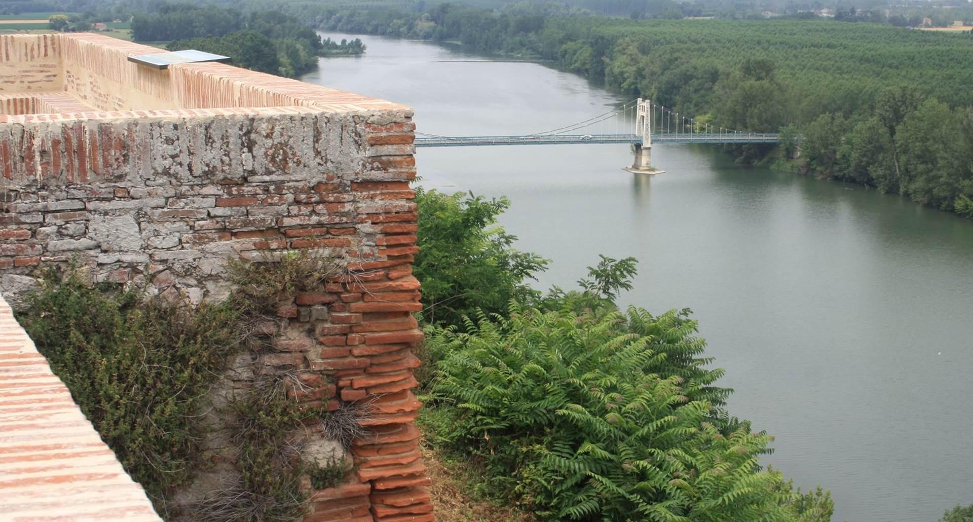 Le fleuve, ses sports nautique, la base de loisirs de Saint Nicolas, les balades à vélos...
