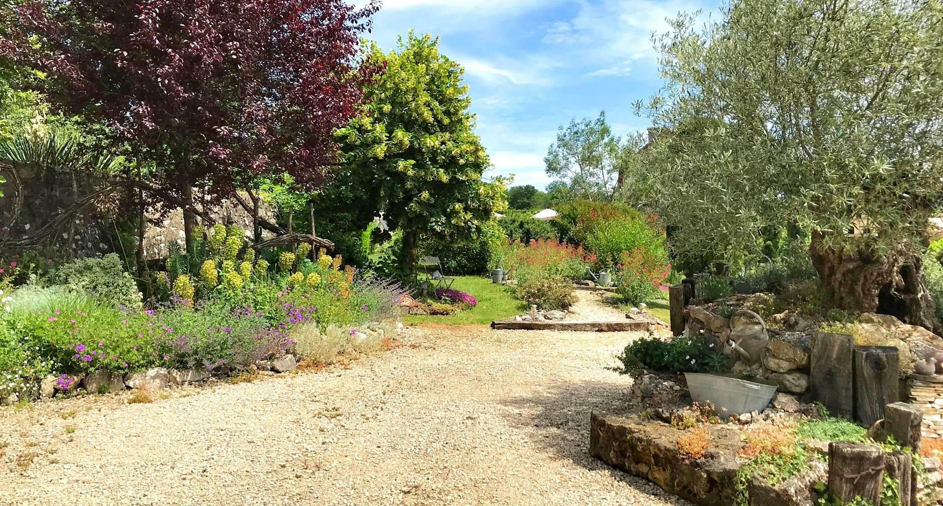 Beau jardin paysagé à Côté Granges