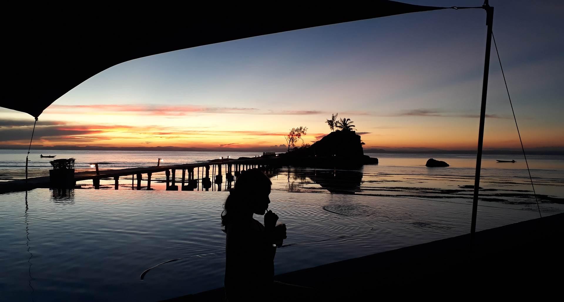 un petit cocktail au coucher du soleil au bord de la piscine