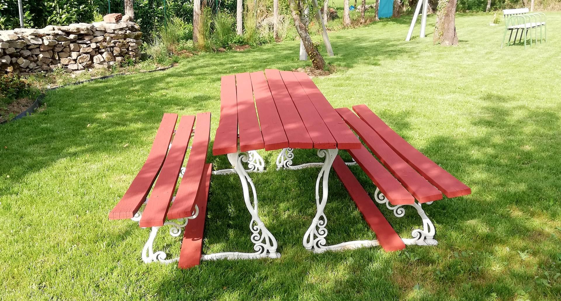 Table pique nique dans le jardin