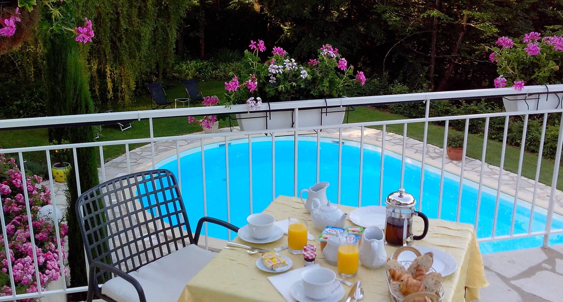 Villa Ric, petit déjeuner, vue piscine sur la vallée de la Dordogne