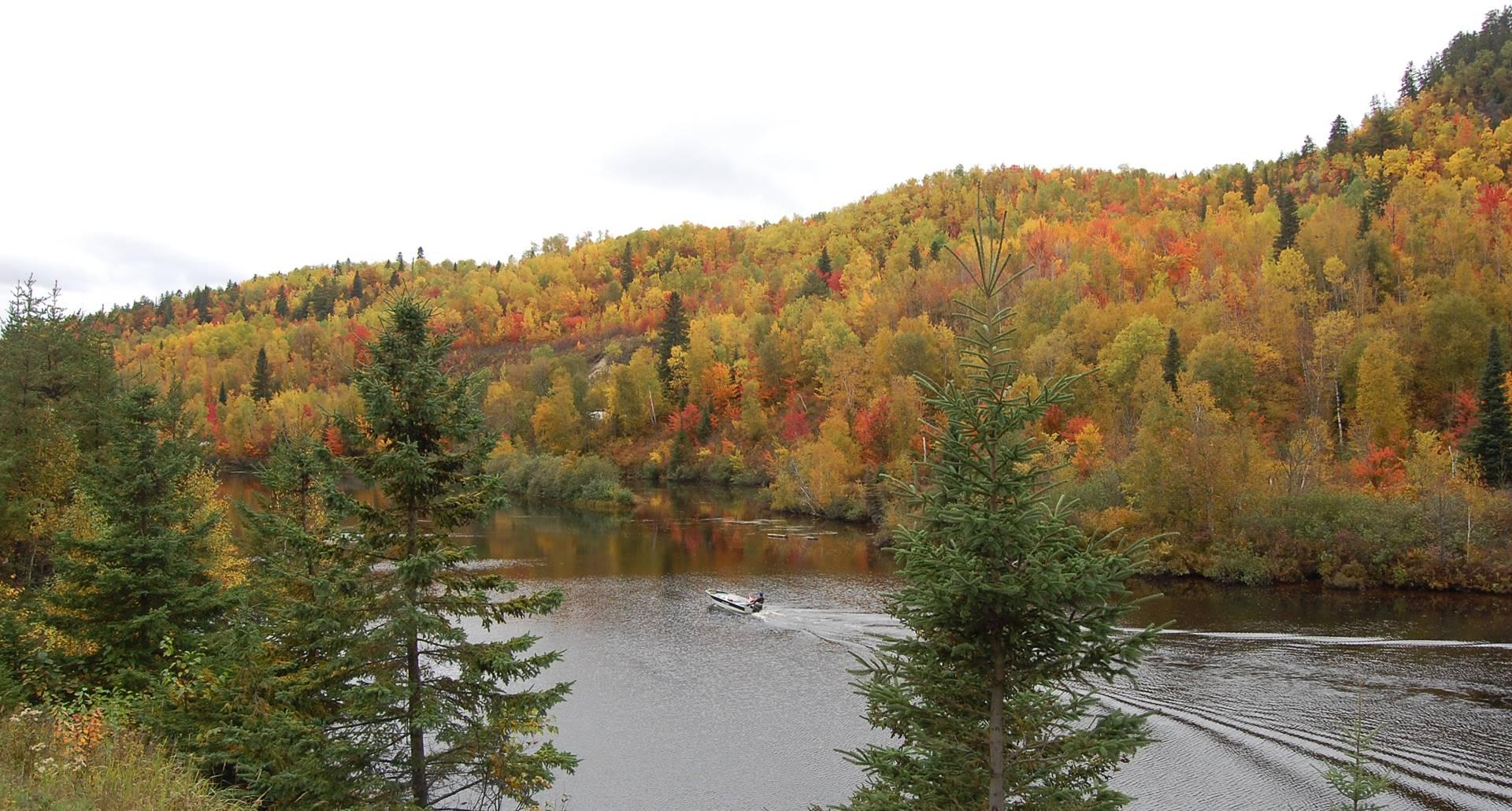 La rivière Bostonnais, Domaine le Bostonnais, hébergement la Tuque, Mauricie Canada