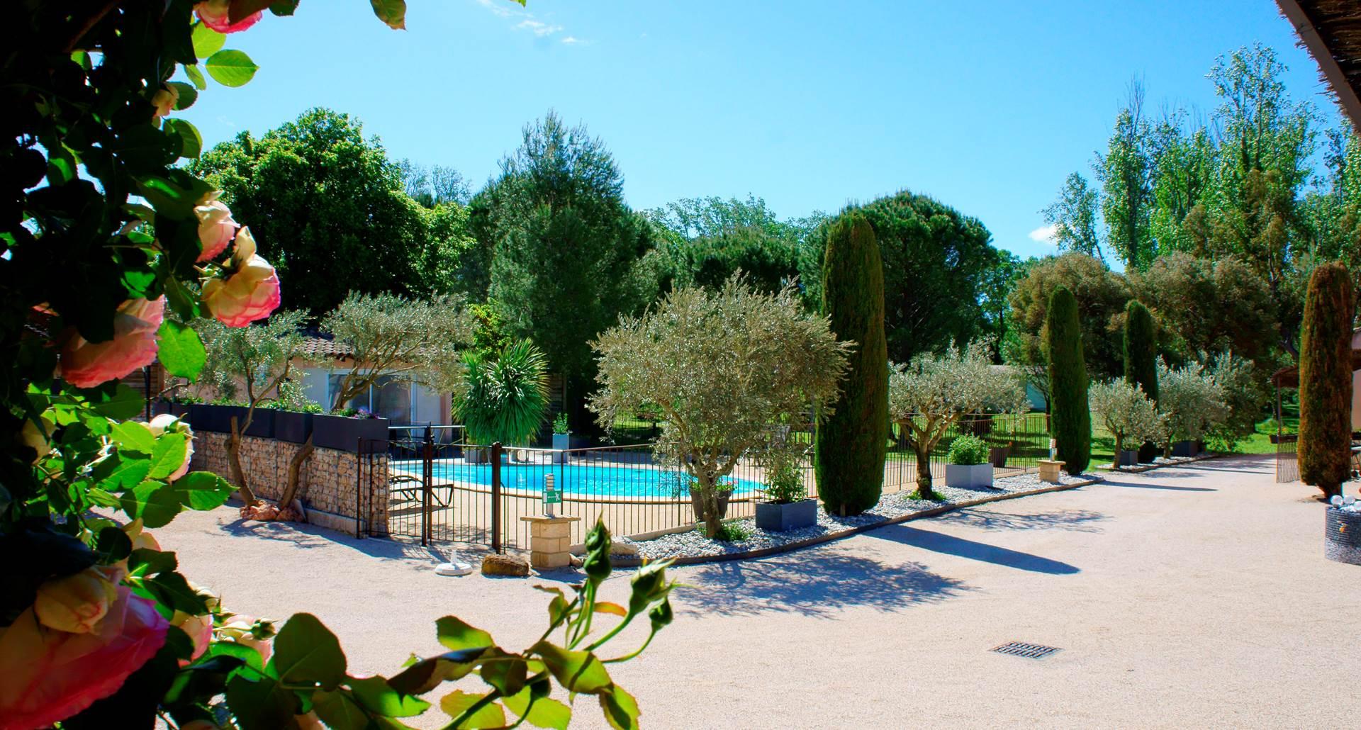 Piscine vacances hotel residence les peupliers loriol du comtat provence