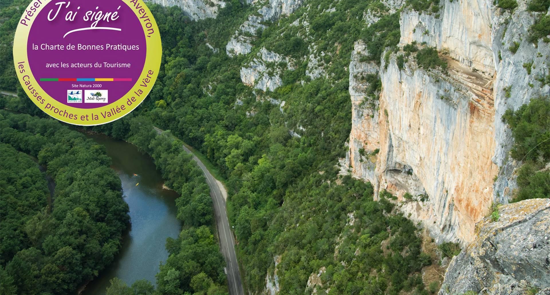 Vue aérienne de la falaise des capucins surplombant la rivière Aveyron dans le Tarn et Garonne