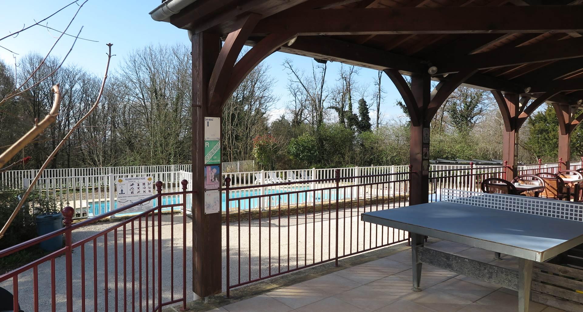 La terrasse vue sur la piscine
