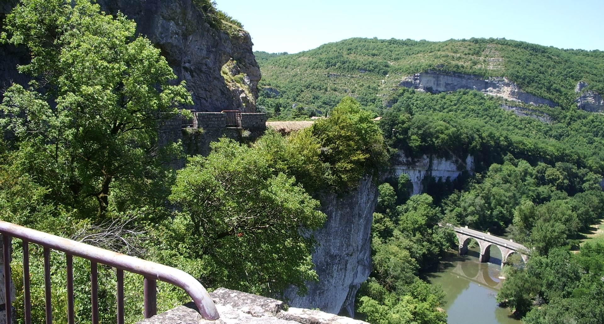 Route de la corniche dans les gorges de l'Aveyron
