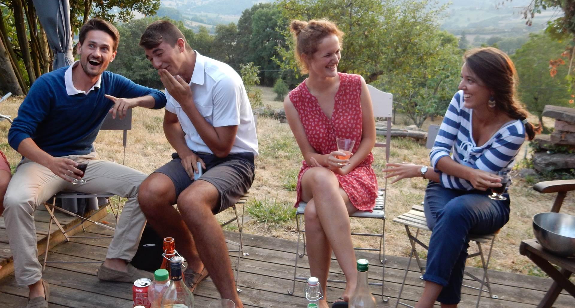 convivialité sur la terrasse face à la vallée de Turenne