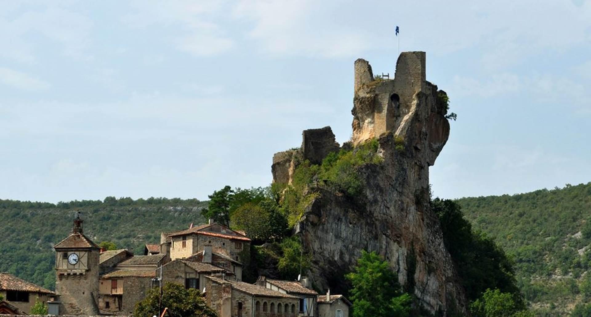 Château médiéval de pennes dans les Gorges de l'Aveyron