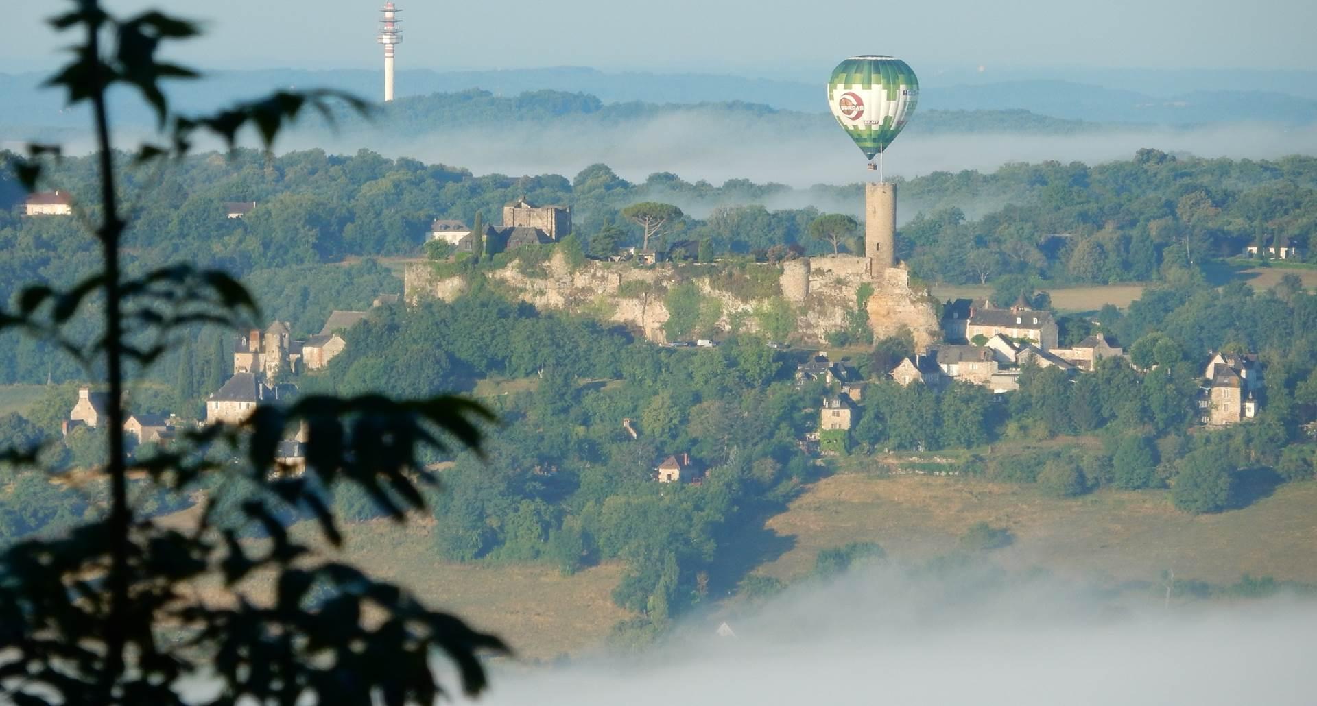 Une montgolfière se pose sur Turenne
