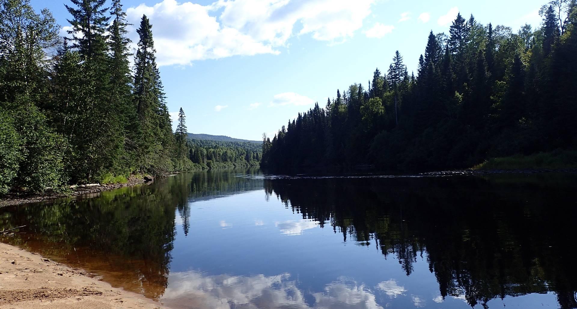 La rivière Bostonnais, activité kayak au Domaine le Bostonnais, hébergement La Tuque, Mauricie, Canada